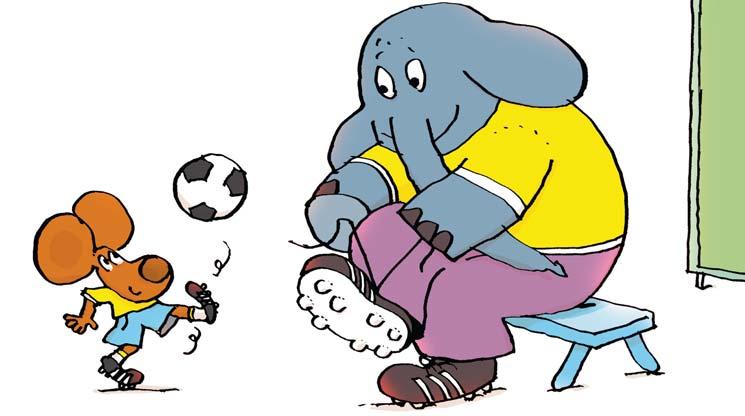 Zoé et l'éléphant jouent au foot