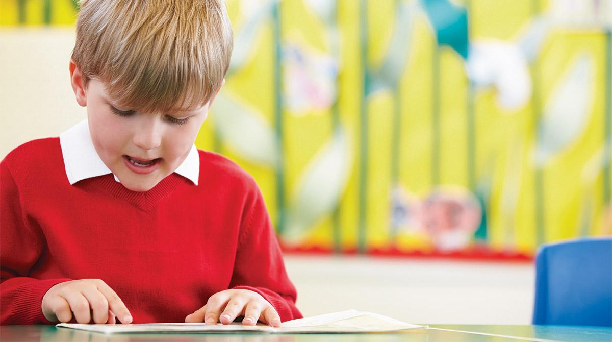Pourquoi mon enfant ânonne-t-il encore alors que les autres lisent très bien ? © AdobeStock